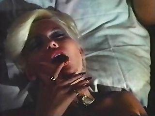 senhora na cama rangendo