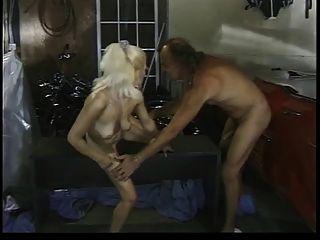 cara de homem das cavernas com big dick fucks bimbo loiro