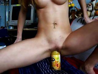 se masturba con unjugo de naranja