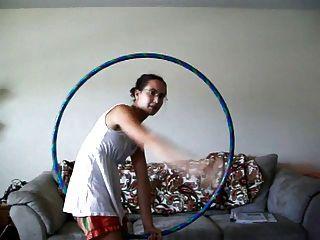 uma menina de hula hoop com axilas peludas