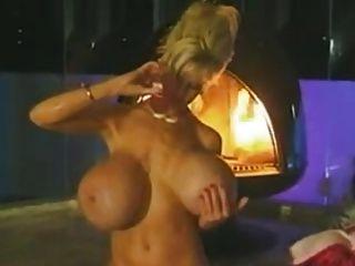 uma dama toma um banho sensual.