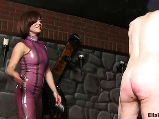 chicoteando escravo com um cinto