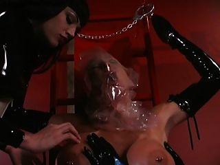 2 lésbicas latex fazendo respiração no submarino