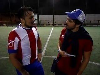Jogador de futebol str8 riscando suas nozes