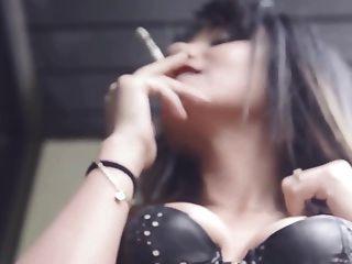 minha amiga aida fuma sensualmente o cigarro no espartilho de couro
