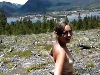 A menina fica bunda na floresta 1 de 2