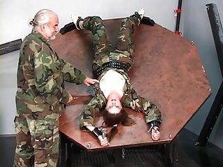 menina de soldado reprimida recebe seus peitos descobertos e nips torturados pelo mestre