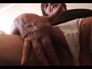 Avó peluda sexy em mini saia