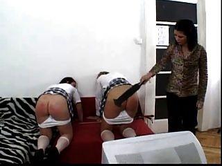 duas alunas colocam o jumento vermelho