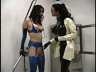 Sra. sexy Sandra enganando com seu escravo quente