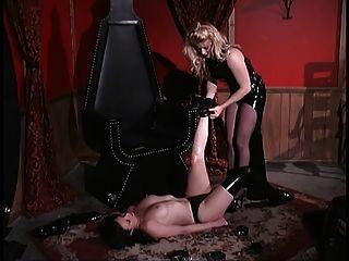 amante loira bloqueia seu escravo em um baú