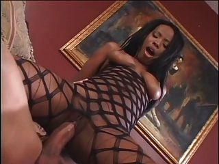 menina negra sugando e fodendo na sala de estar
