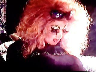 ott drag tv fumando com unhas compridas.