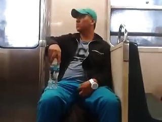 Str8 guy agarrando sua protuberância no metro