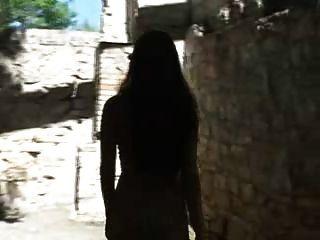 Menina tocando no orgasmo em ruína