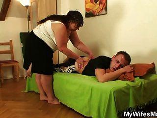 Mamãe gorda engole seu pênis quando a esposa dele saiu
