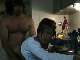 mulher de trapaça que suga seu amante com cim na cozinha