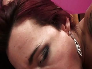 Tranny morena linda na sala rosa sopra e fica fodida na cama