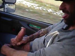 homem de palhaço que mostra o galo perfurado de monstros