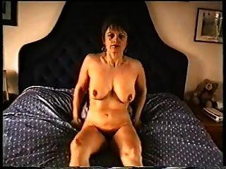 Mãe madura com seios flácidos e cobra peluda