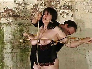 escravo torturado com urtigas