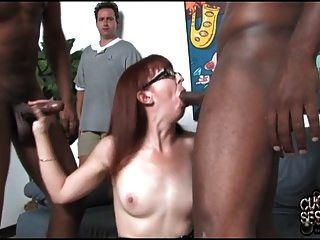 Mãe madura possuída por negros na frente do cuckold