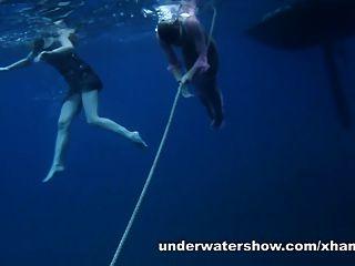 nastya e masha estão nadando nus no mar