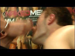 twink goza de um enorme pau na boca e galo duro anal