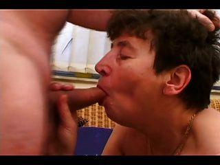 Granny quente obtém um galo duro em sua coxa peluda