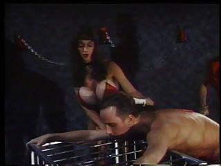 2 fumando maus amantes em ação com um escravo