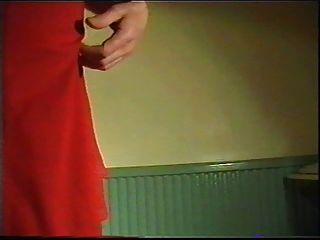 posando em vestido vermelho