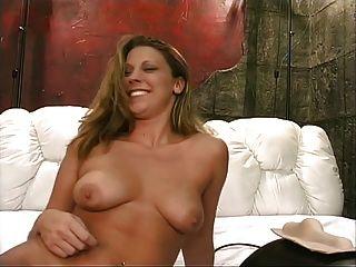 Depois de um banho, uma bela loira quente com lindos tits chega o sybian