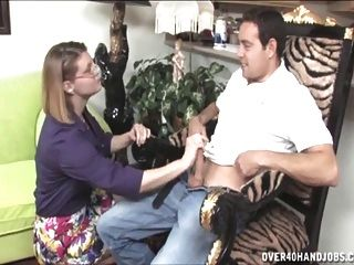 milf impertinente dá um handjob em topless
