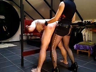 enculando um esclavo no cepo plegable.