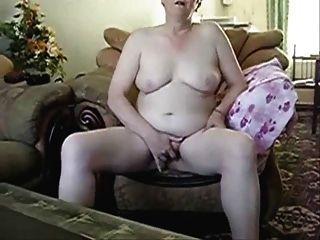 senhora mais velha masturbando na frente da câmera