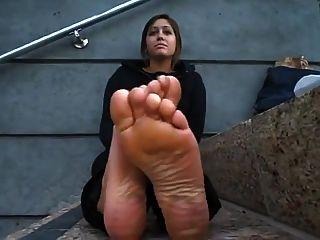 pés sujos e suados de planos negros