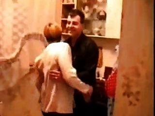 A bebida russa na cozinha se transforma em sexo