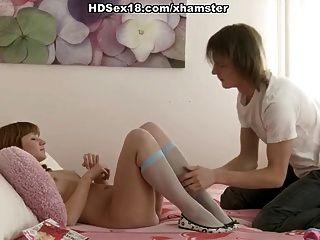 primeira menina fazendo sexo com o namorado