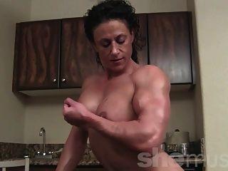 Bodybuilder feminino nu posando e flexionando