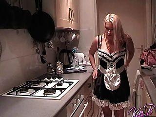 Bella pornstar kaz b se veste como uma criada francesa