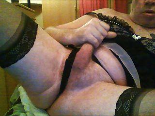 mostrando minha ereção circuncidada em sutiã e calcinha