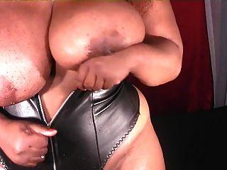 bbw de ebony sexy brinca com seus mamilos com um pouco de gelo