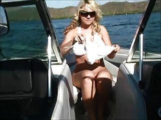 Alison em um barco mostra seus peitos