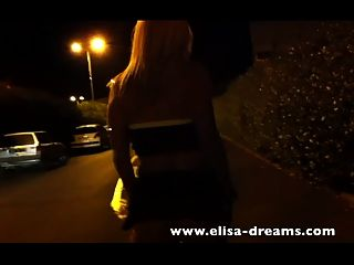 loira loira caminhando sem calcinha na rua
