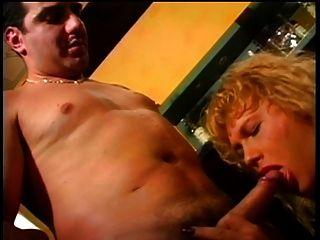 Tranny faz amor com galo rígido com a boca