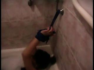 meninas amarradas e algemadas no banheiro
