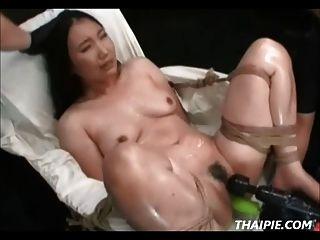 asiático peludo feito para cum com ferramentas eléctricas