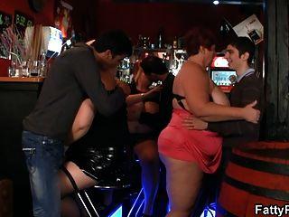 três garotas gordas se divertem no bar