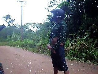 pitada pública na trilha da bicicleta
