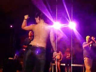 latinos quentes dançam nu no concurso de camiseta molhada